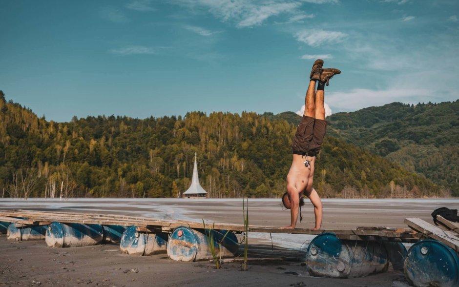 肩(三角筋)を鍛える自重トレーニング【ジム以外でも肩トレできます】