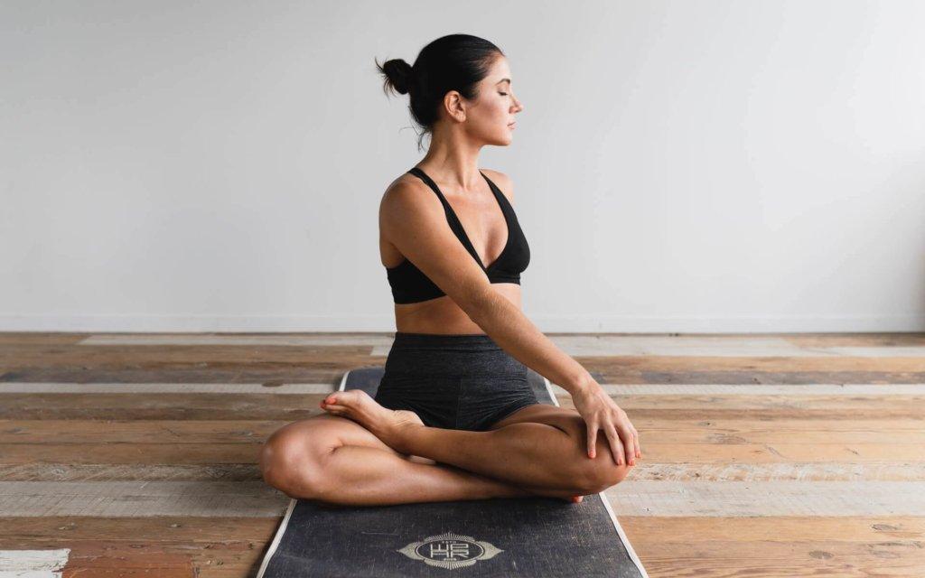 菱形筋のストレッチ方法【肩こりや姿勢の改善に取り入れよう】