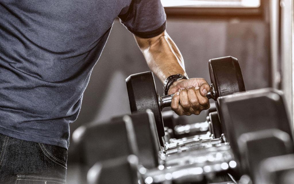 上腕三頭筋を鍛える際にダンベルを使用するメリット