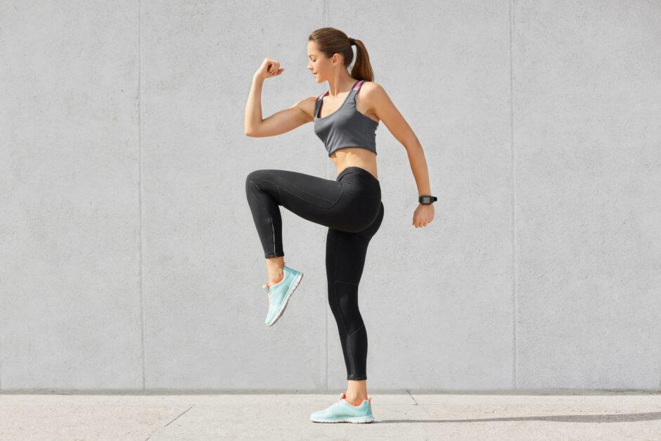 立ったままできる腹筋トレーニング【すきま時間にお腹を引き締める】