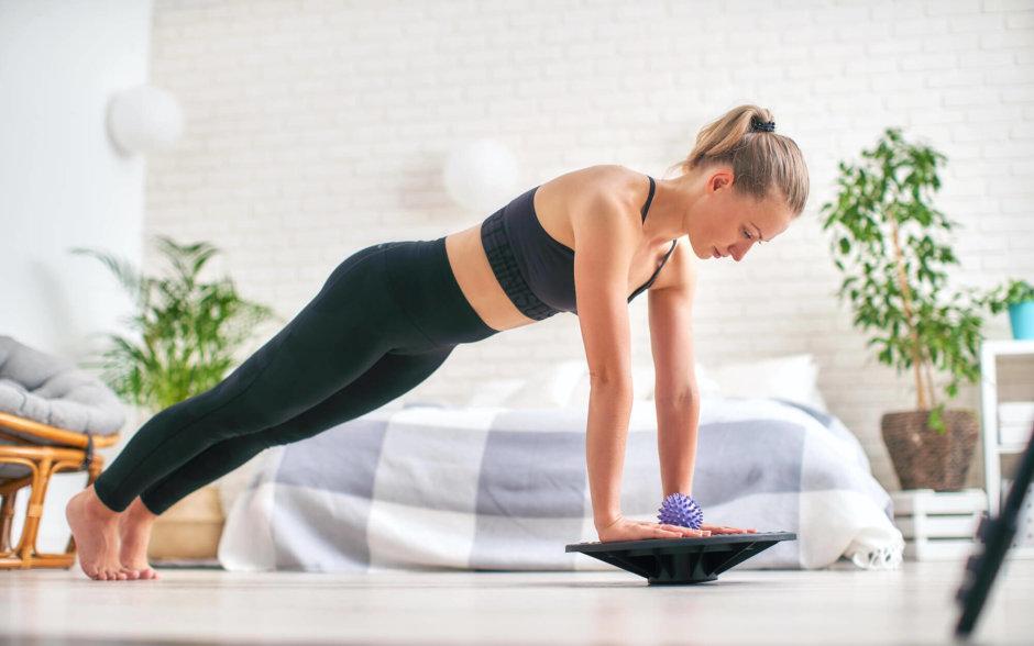 バランスディスクを使った腹筋トレーニング【難易度UPで体幹も鍛えよう】