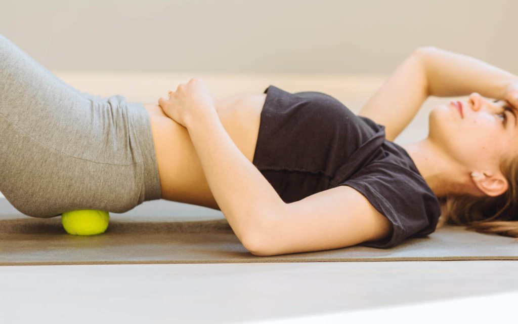 テニスボールを使った股関節のストレッチ方法